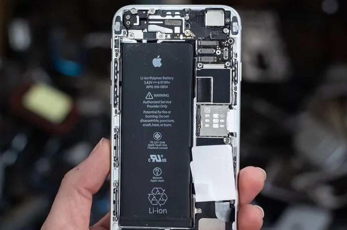 Is it necessary to make a backup before replacing the cell phone battery?