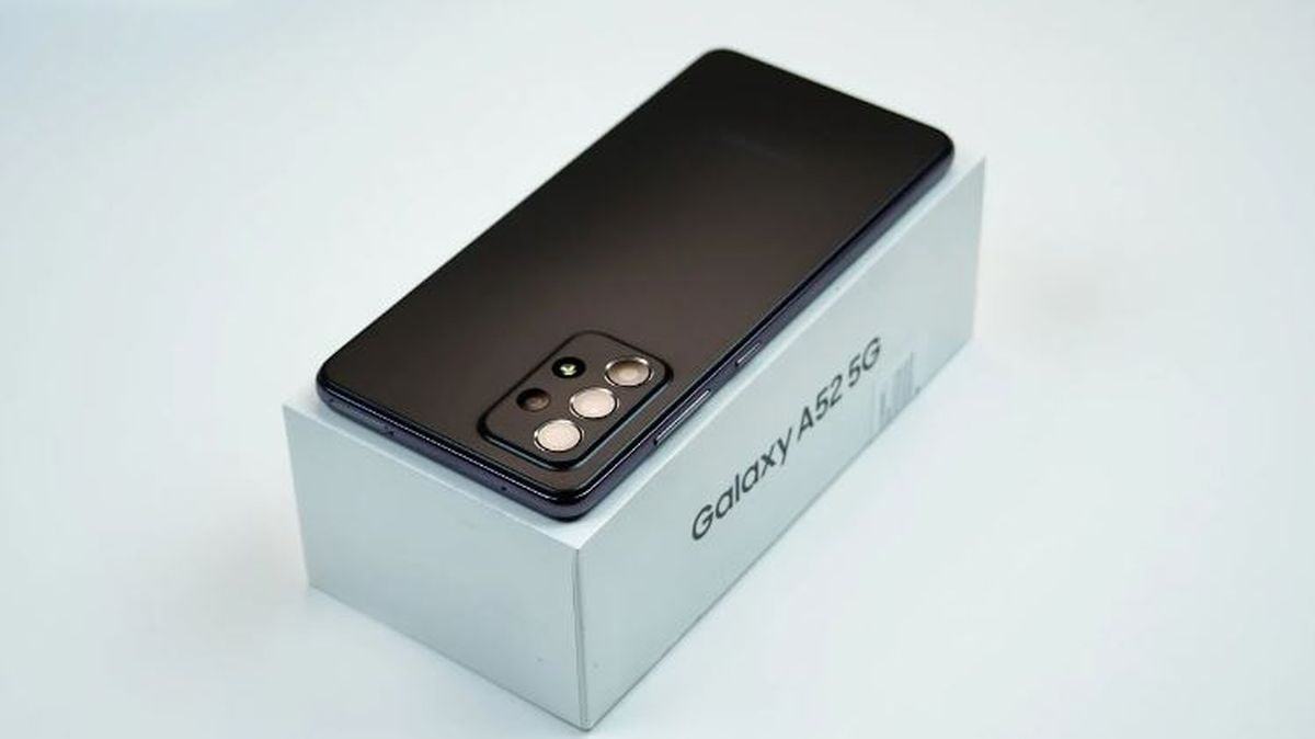 Samsung Galaxy A52 5G appears in full in a leaked unboxing