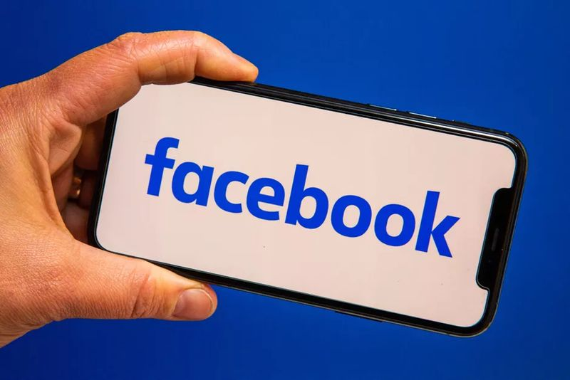 Facebook tests bringing back video and audio calls to its main app