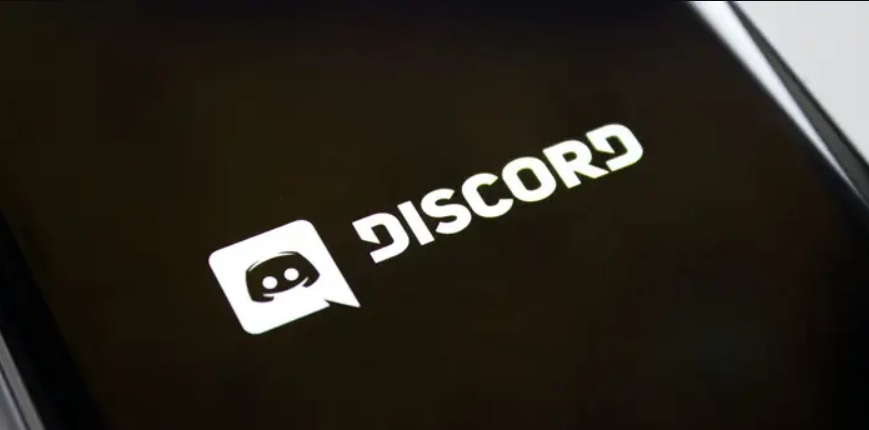 How to make someone admin on Discord?